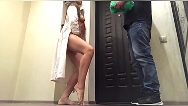 Deliveryman has been fucked by very horny housewife